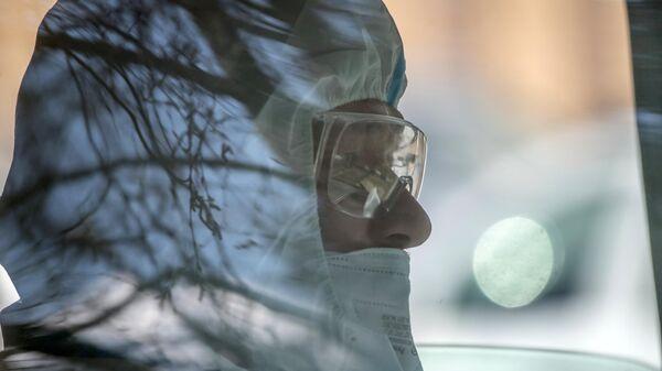 Водитель автомобиля скорой помощи, доставляющей пациентов в ФМБА в Химках