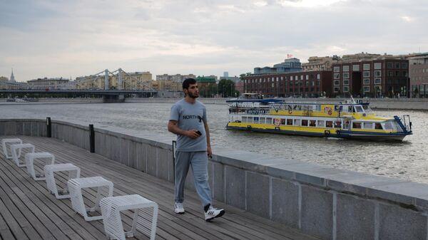 Мужчина гуляет в парке искусств Музеон на Крымской набережной в Москве