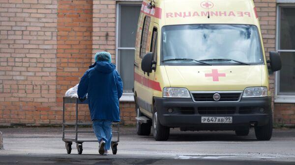 Медицинский работник и автомобиль реанимации на территории ФМБА в Химках
