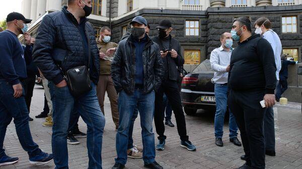 Участники акции предпринимателей с требованием завершить карантин под стенами здания Кабинета министров Украины