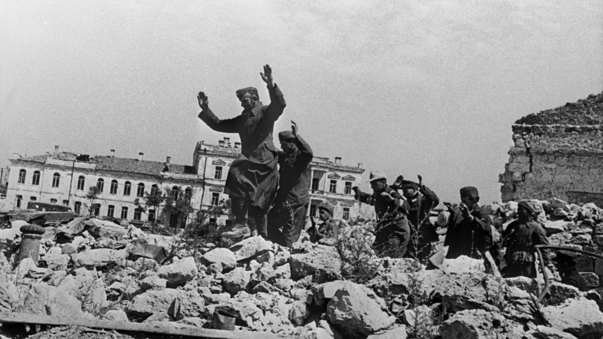 Пленные немцы на развалинах Севастополя около Графской пристани - РИА Новости, 1920, 30.04.2020