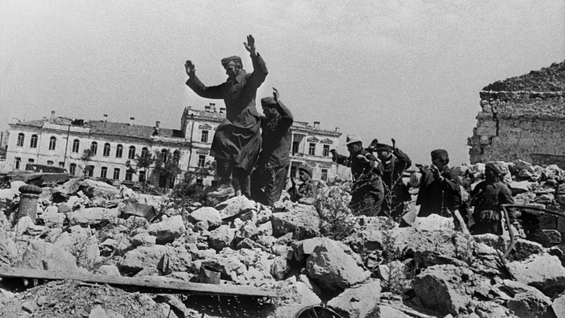 Пленные немцы на развалинах Севастополя около Графской пристани - РИА Новости, 1920, 22.06.2021