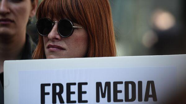 Журналист с плакатом Свободная пресса во время демонстрации во Всемирный день свободы печати в Стамбуле