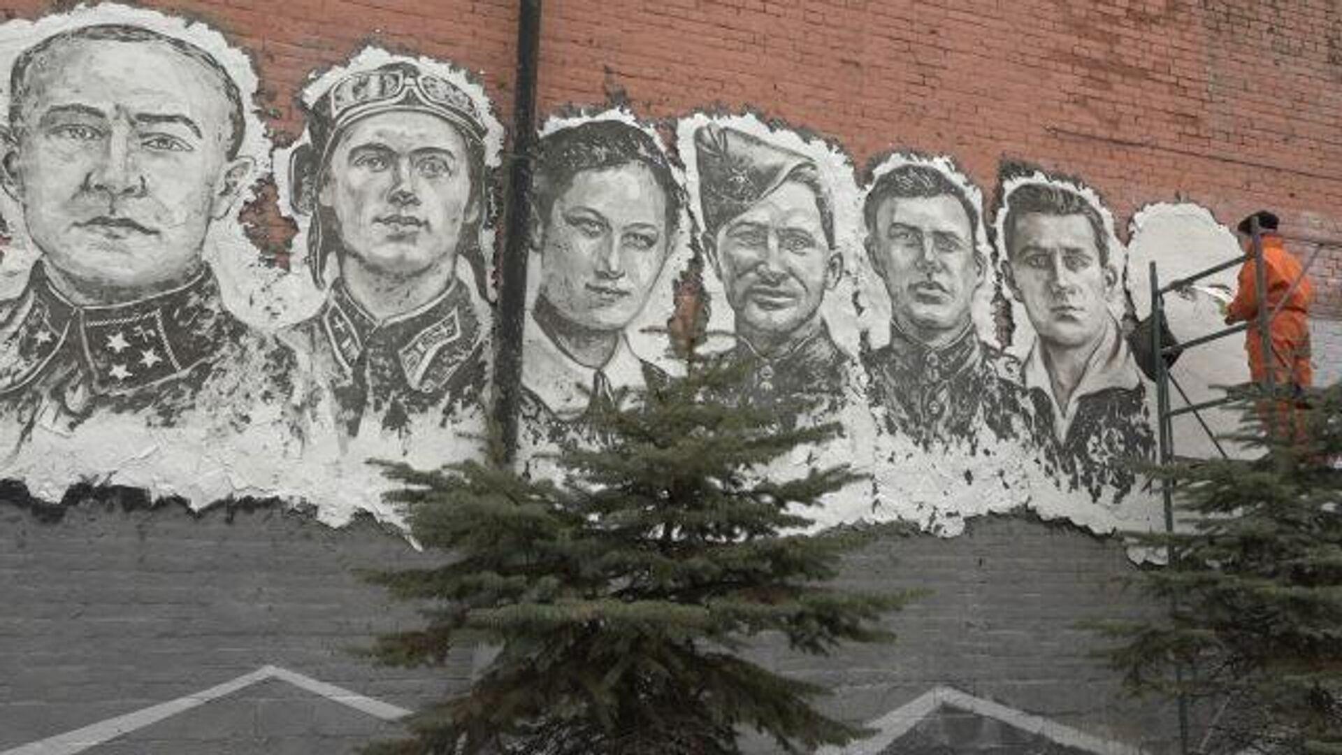 Стена памяти: барельефы героев ВОВ на фасаде здания во Владивостоке - РИА Новости, 1920, 30.04.2020