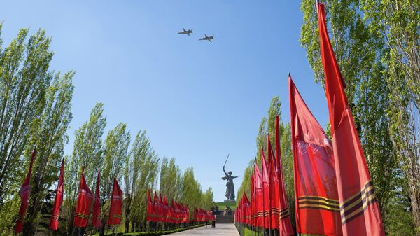 Бомбардировщики Су-24М пролетают над Мамаевым курганом в Волгограде