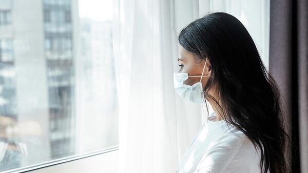 Девушка во время самоизоляции дома