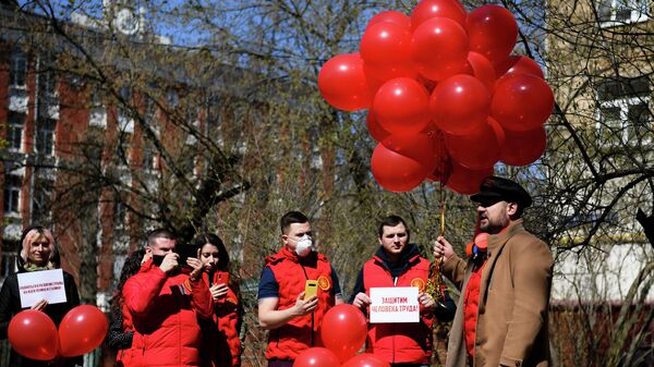 Участники партии Коммунисты России на акции в честь Дня международной солидарности трудящихся