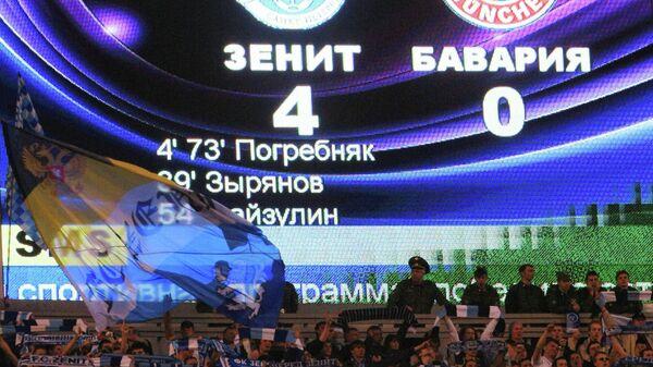 Трибуны во время футбольного матча между командами Зенит (Россия) и Бавария (Германия), 2008 год