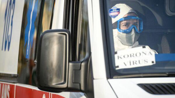 Медицинский работник в автомобиле скорой помощи в Азербайджане