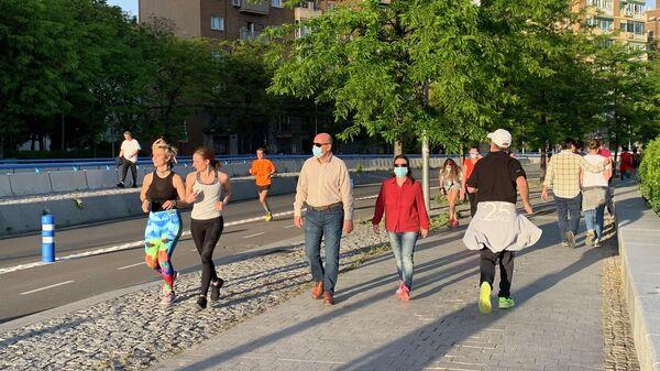 Жители Мадрида во время прогулки после ослабления мер по борьбе с распространением коронавируса в Испании