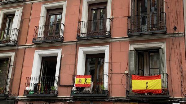 Флаги на балконах жилого дома в Мадриде