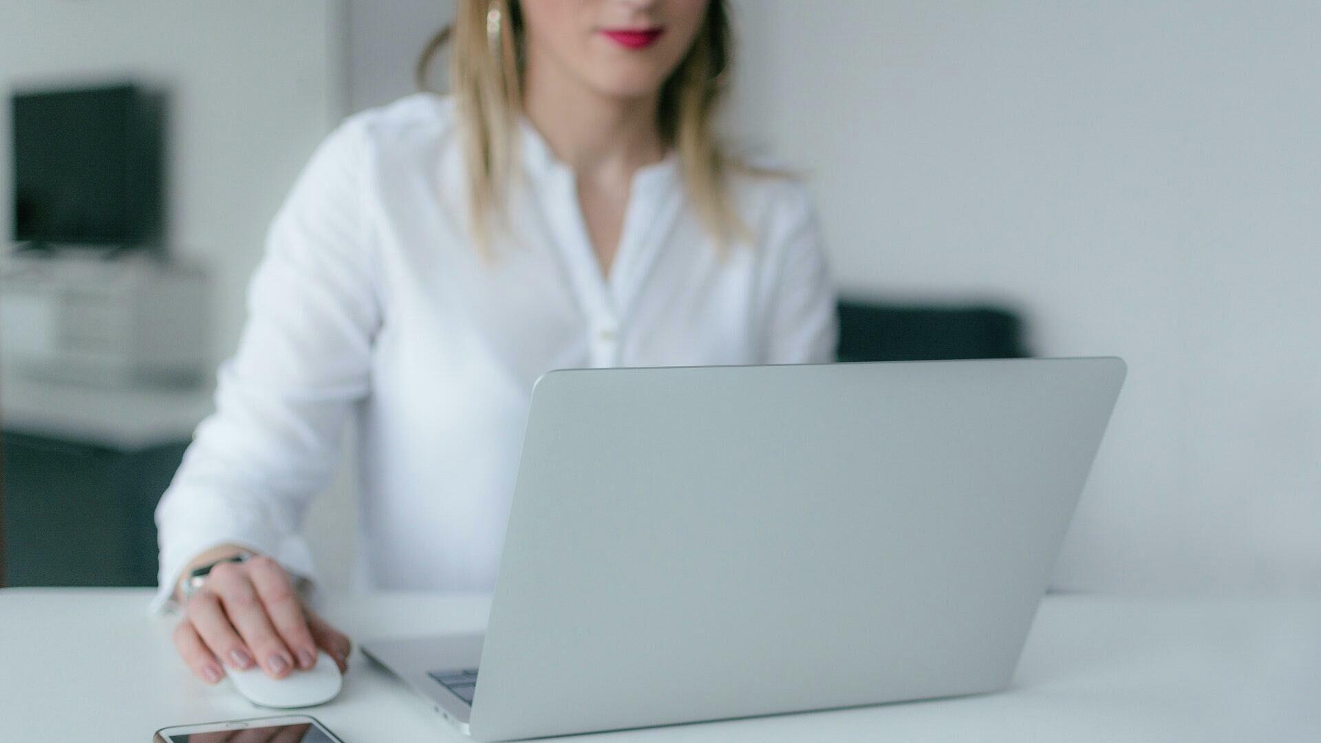 Девушки за работой работать фото социальные сети веб моделей