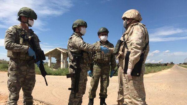 Военнослужащие РФ и Турции патрулируют участок трассы М-4 в зоне деэскалации Идлиб в Сирии
