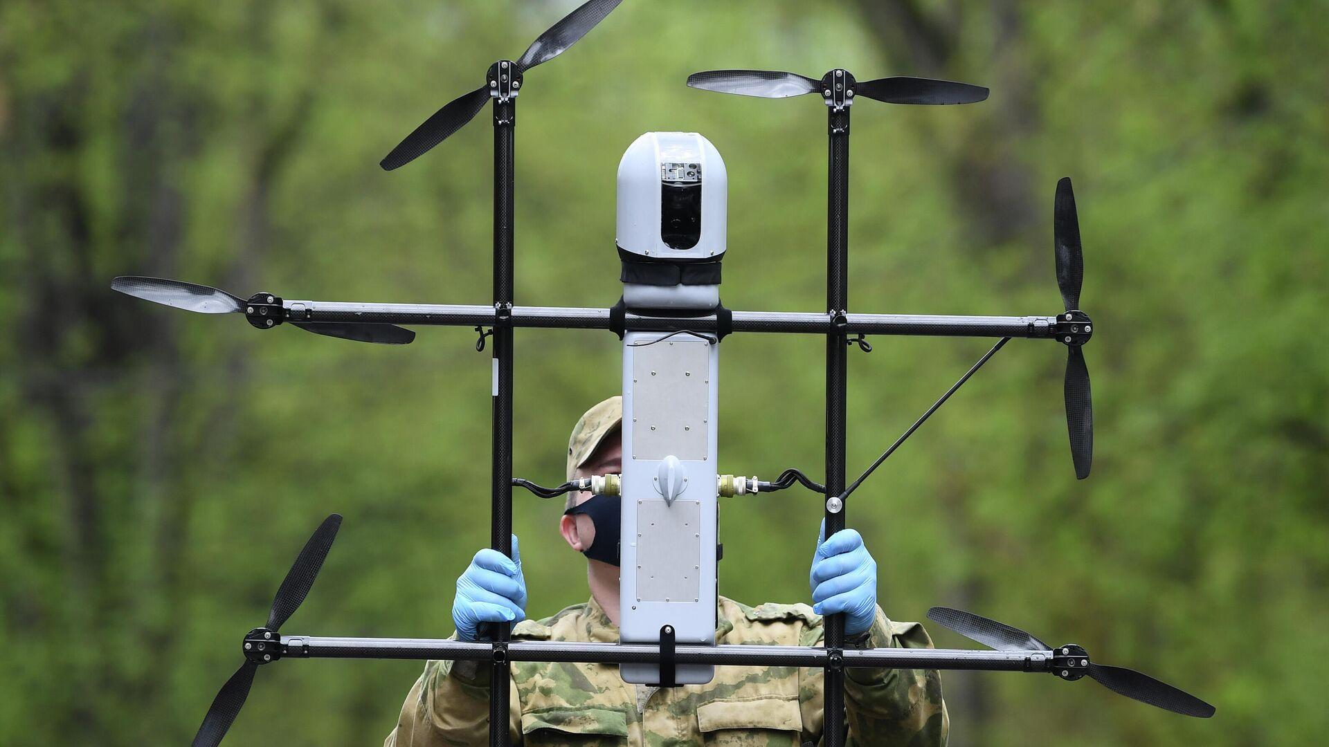 Военнослужащий Росгвардии готовит к полету беспилотный летательный аппарат ZALA для подготовки патрулирования - РИА Новости, 1920, 11.06.2021