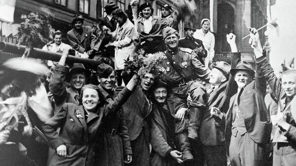 Жители Праги встречают советских солдат, освободивших город от фашистов во время Великой Отечественной войны