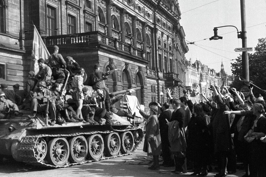 Жители Праги приветствуют советские войска. 9 Мая 1945 года