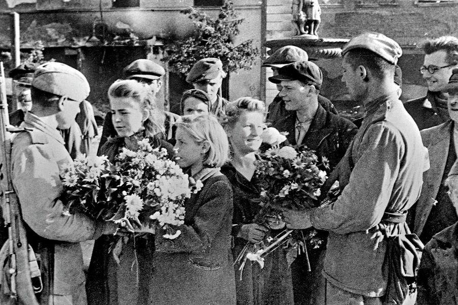 Начало мая 1945 года – в результате Пражской наступательной операции советские войска освободили Чехословакию. Жители  встречает цветами советских воинов