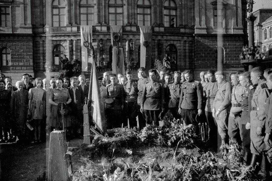 Советские солдаты и офицеры стоят у могилы советских танкистов, погибших при освобождении Праги.