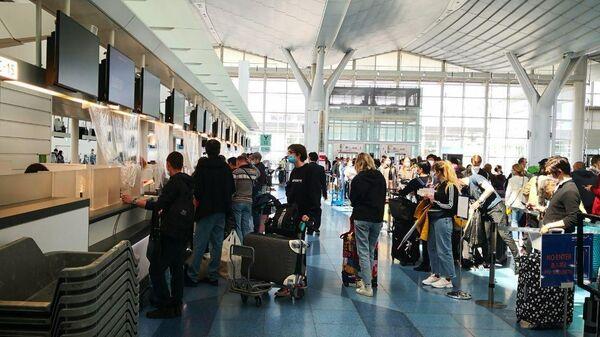 Россияне регистрируются на вывозной рейс в аэропорту Токио