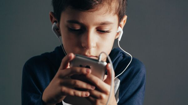 Роскачество рекомендовало ограничить доступ детей к нецензурным песням