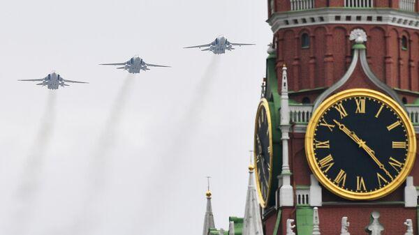 Фронтовые бомбардировщики Су-24 на репетиции воздушного парада Победы в Москве