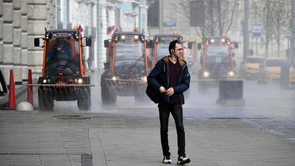 Автомобили коммунальных служб дезинфицируют дороги и тротуары в центре Москвы