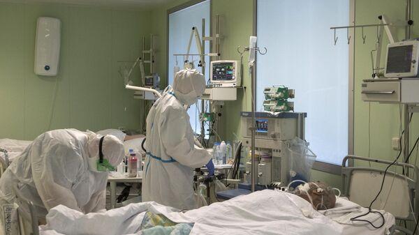 Врачи и пациент в отделении реанимации и интенсивной терапии госпиталя для зараженных коронавирусной инфекцией COVID-19 ФКЦ ВМТ ФМБА России