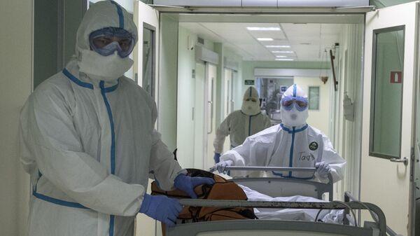 Врачи и пациент в госпитале для зараженных коронавирусной инфекцией COVID-19