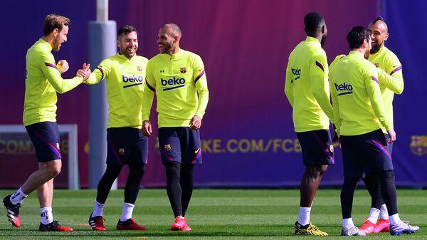 Футболисты Барселоны во время тренировки