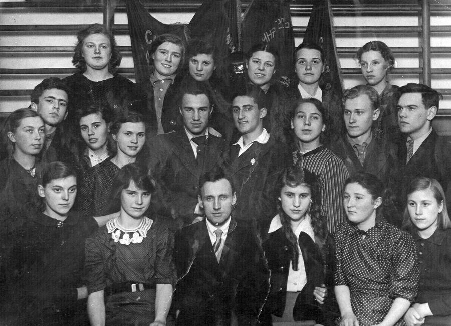 Выпускники 9-го класса школы №116 Советского района г. Москвы. Во втором ряду справа – Илья Горман. Москва, июнь 1941 г.