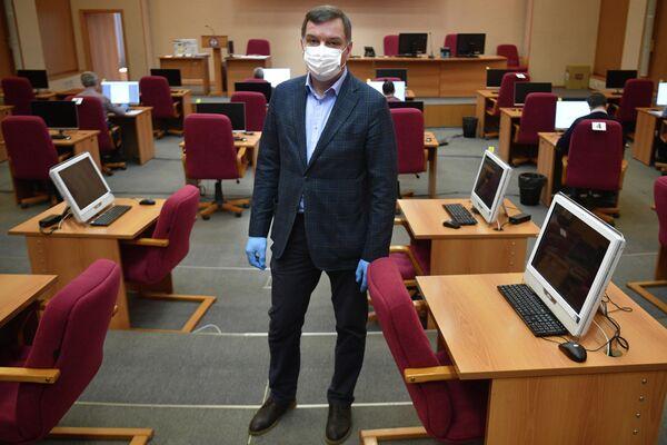 Александр Коршунов, старший по смене учебно-методического центра гражданской обороны Москвы,  где обрабатываются анкеты граждан прибывших из-за границы