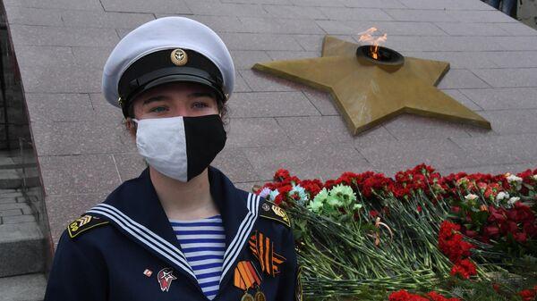 Церемония возложения цветов к Вечному огню Мемориального комплекса Боевая слава Тихоокеанского флота во Владивостоке