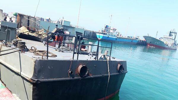 Вспомогательное судно Конарак Военно-морских сил Ирана, которое было повреждено во время учений в Оманском заливе, пришвартовано у одной из военно-морских баз в Иране