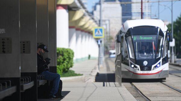 Мужчина на трамвайной остановке Метро ВДНХ в Москве