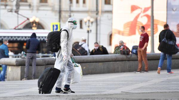 Пассажир у Ярославского вокзала в Москве