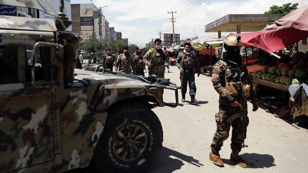 Военные у больницы в Кабуле, на которую напали боевики