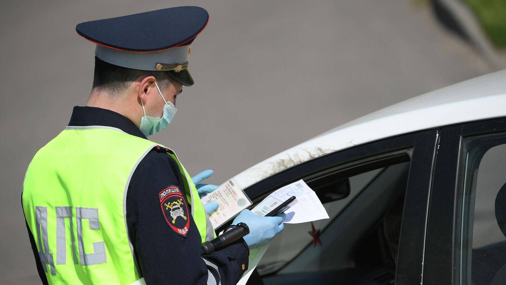 Инспектор дорожно-патрульной службы на одной из улиц в Москве - РИА Новости, 1920, 01.05.2021