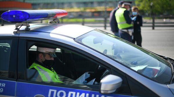 Инспекторы дорожно-патрульной службы на одной из улиц в Москве