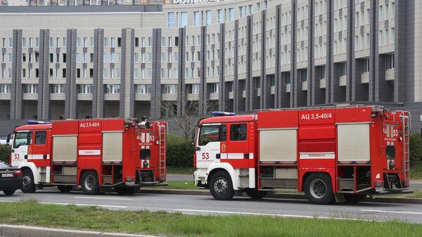 Машины противопожарной службы у больницы Святого Георгия в Санкт-Петербурге