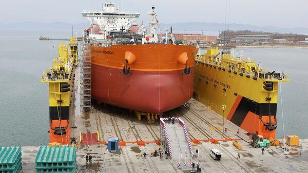 Церемония спуска на воду головного судна  Владимир Мономах из серии танкеров класса Афрамакс в Приморье