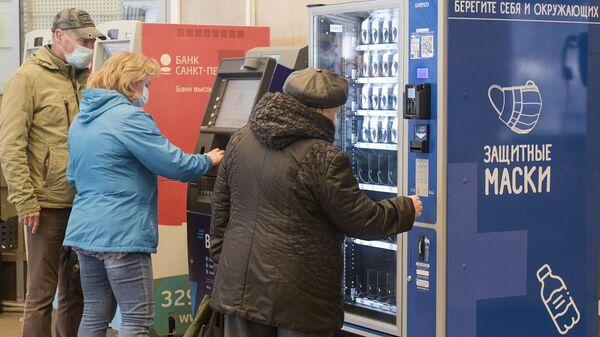 Люди покупают медицинские маски в метрополитене Санкт-Петербурга