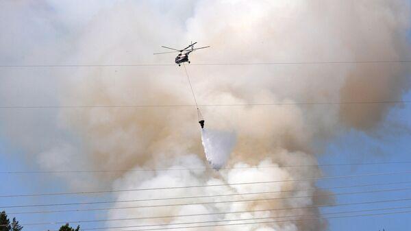 Вертолет Ми-8 МЧС тушит лесной пожар