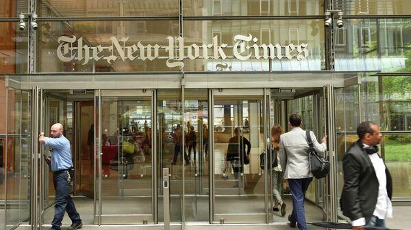 Вход в здание New York Times в Нью-Йорке