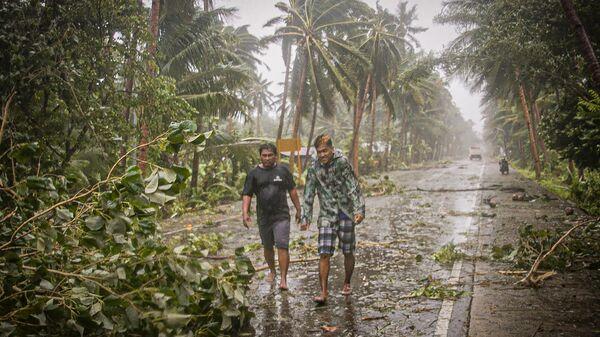Жители в центральной части Филиппин.14 мая 2020