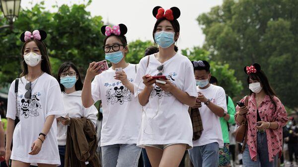Посетители Шанхайского Диснейленда в защитных масках