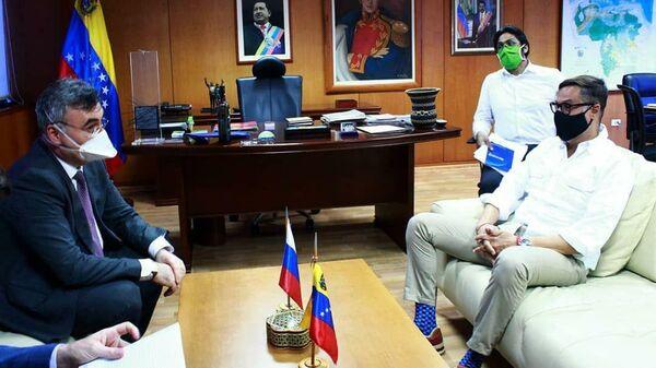Министр туризма и внешней коммерции Венесуэлы Феликс Рамон Пласенсиа Гонсалес и посол РФ в Каракасе Сергей Мелик-Багдасаров во время переговоров