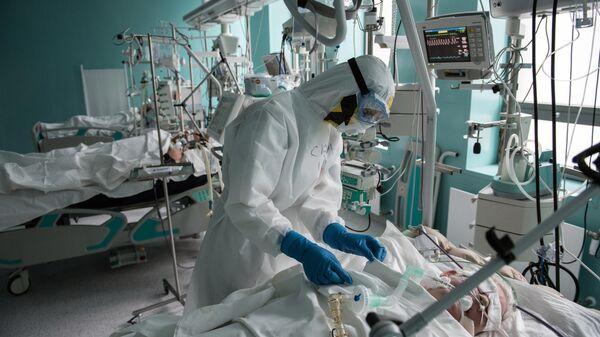 Сотрудник НМИЦ эндокринологии Минздрава РФ в специально созданном инфекционном корпусе