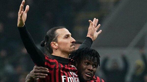 Нападающий Милана Златан Ибрагимович празднует гол в ворота соперника в матче чемпионата Италии по футболу