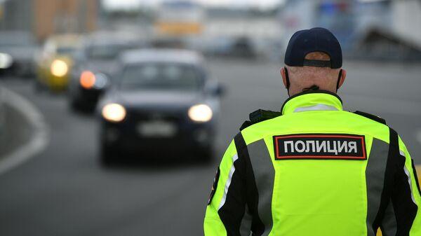 Инспектор ГИБДД во время патрулирования на улицах Москвы в период самоизоляции граждан