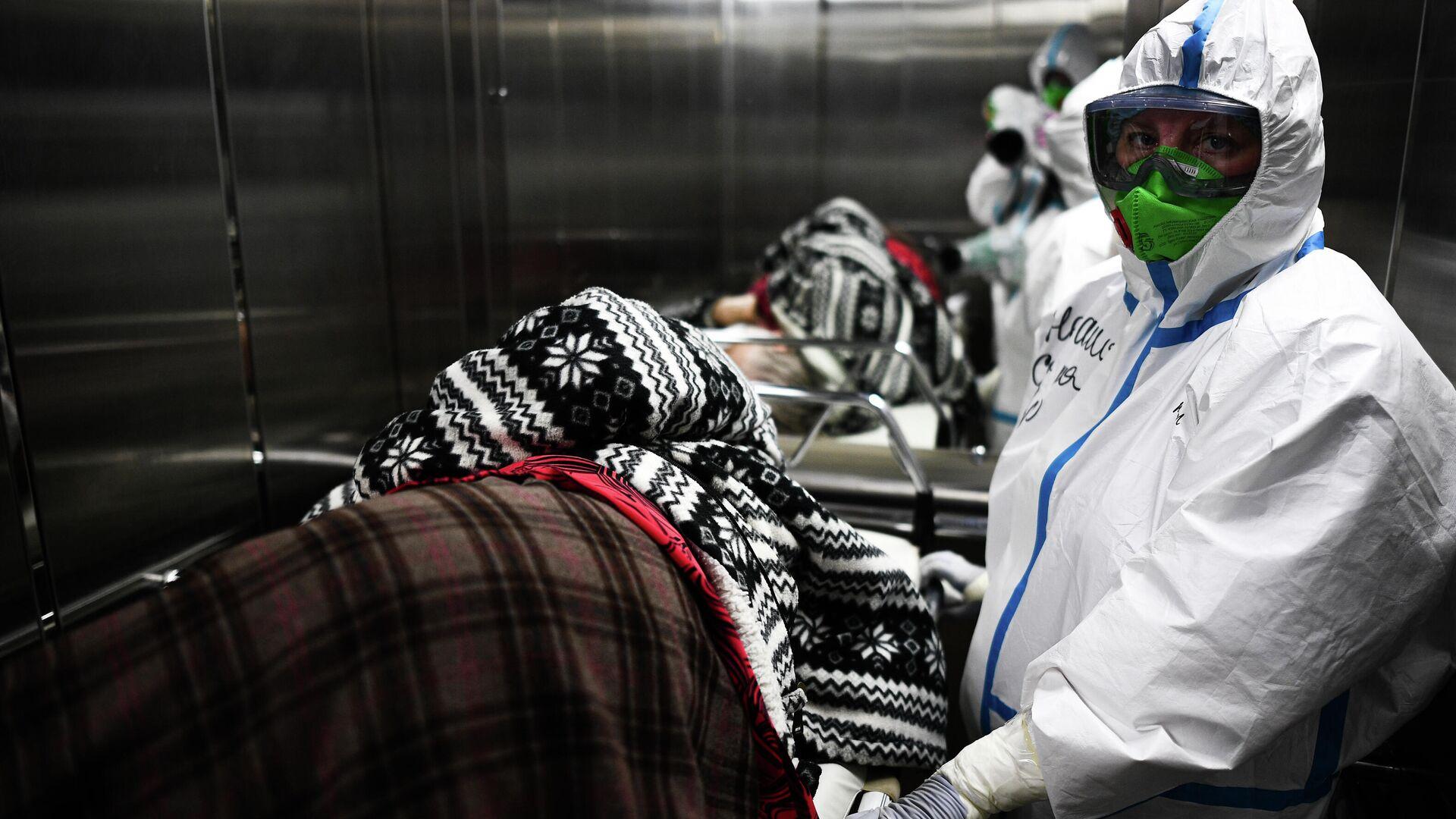 Врач и пациент в центральной клинической больнице РЖД-Медицина в Москве, где проходят лечение больные с COVID-19 - РИА Новости, 1920, 08.12.2020